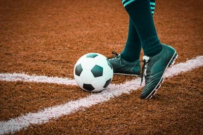 Gerade bei Fussballturnieren, bei denen Untrainierte plötzlich versuchen sportliche Höchstleistungen zu erbringen, kann es zu einer Achillessehnenruptur kommen