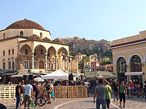 Der Monastiraki-Platz unterhalb der Akropolis gehört zu den belebtesten Plätzen in der Innenstadt Athens.