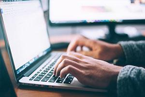 Das pure Schreiben der Doktorarbeit sollte nicht unterschätzt werden und dauert häufig mindestens genauso lang wie der Forschungsteil.