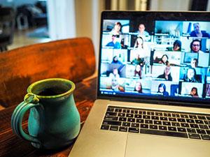 Obwohl Labmeetings und Kongresse in Corona-Zeiten ausschließlich virtuell stattfinden, kann so ein Vortrag über das eigene Promotionsthema schon für Stress sorgen.