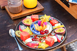 Ein Obstteller passt super zu einer basischen Diät.